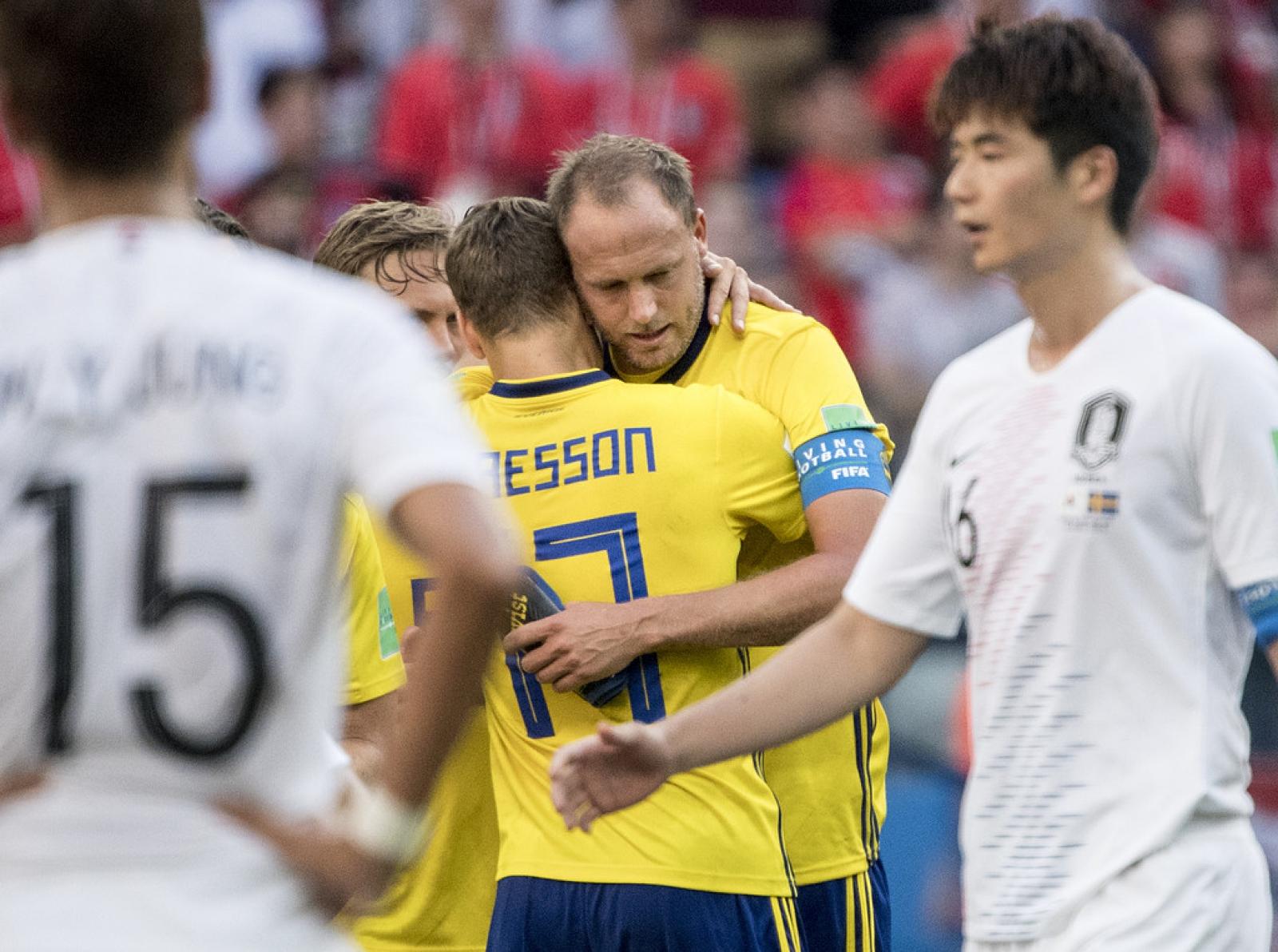 Andreas Granqvist kramas om av Viktor Claesson efter målet i måndagens  VM-premiär mot Sydkorea på Nizjnij Novgorod-stadion. Foto  Björn Larsson  Rosvall   TT 2569aba677d91
