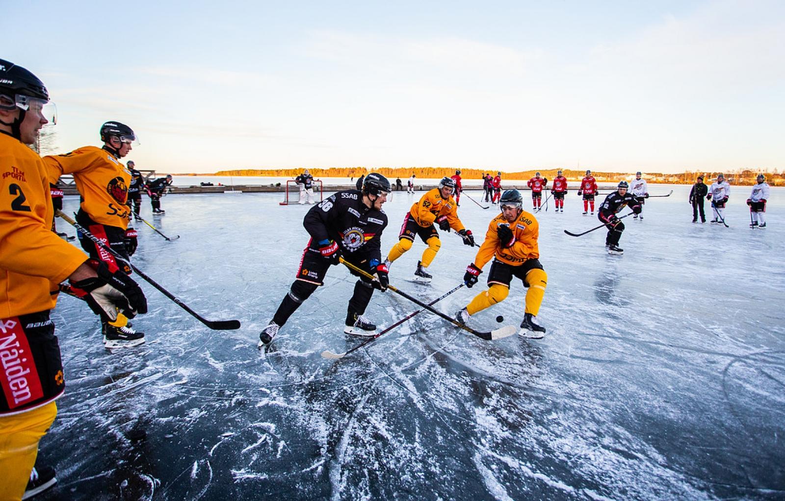 922783102269 Förmiddagens ordinarie träningspass flyttades ut från arenan till naturisen  i Norra hamn i Luleå. Foto: Robert Nyholm / TT