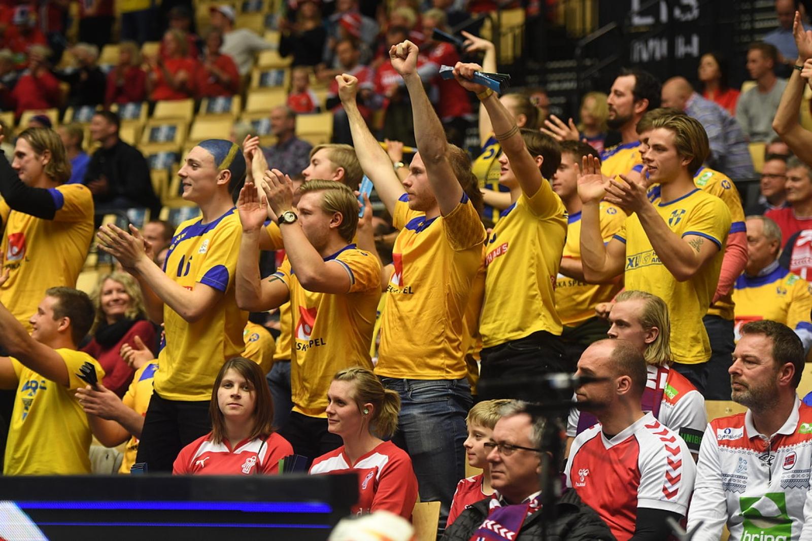De svenska fansen jublar efter mål i måndagens VM-hanbollsrysare i VM  mellan Sverige och Norge i Jyske Bank Boxen.Foto Fredrik Sandberg   TT 3d8e1775cff2c