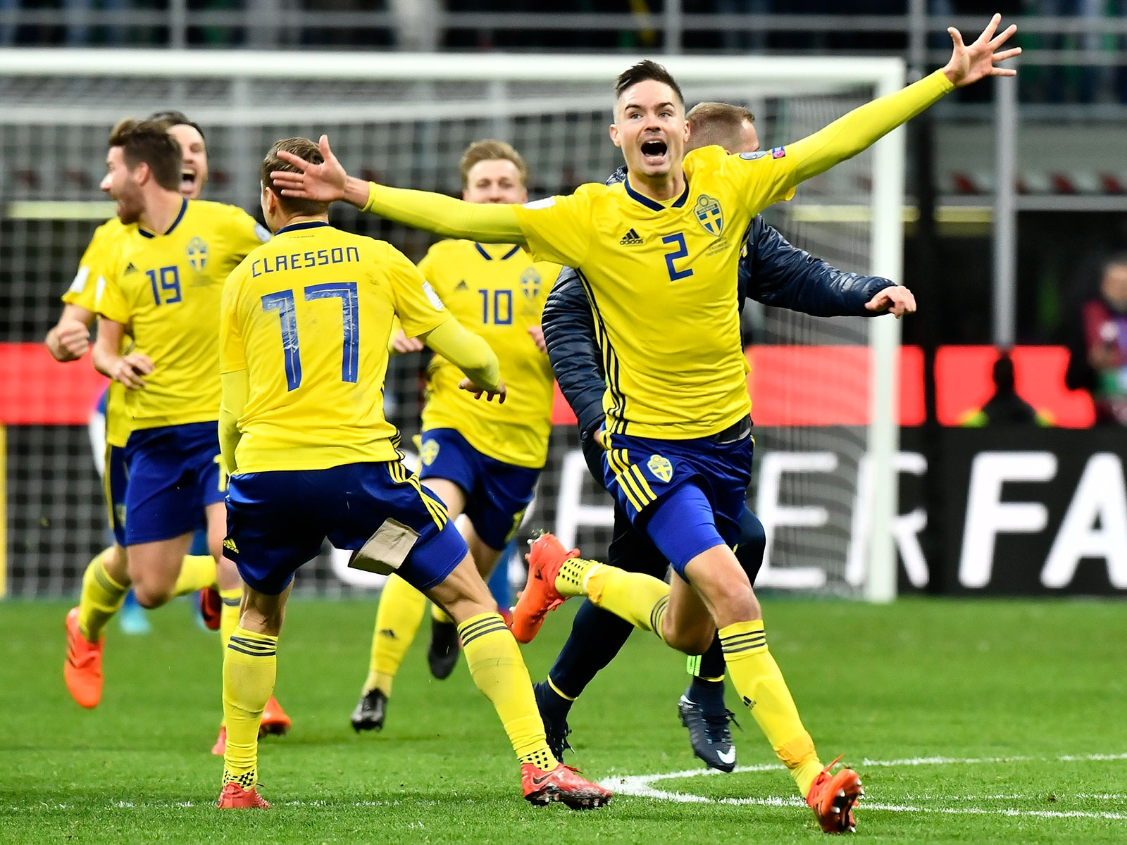 Sveriges Mikael Lustig med flera jublar efter slutsignalen i måndagens VM- kval ... d2e03471d9455