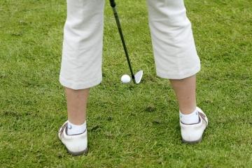 Energiknippe kopplar av med golf